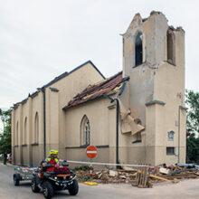 Kostel sv. Bartoloměje po zásahu tornádem (Hrušky)